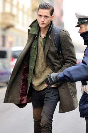 どの方も(一番上の方はジャケットスタイルですが) ロングコートを自然にオシャレに着ています。